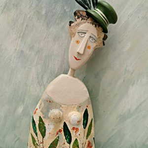 lm lady wearing hat with daisy